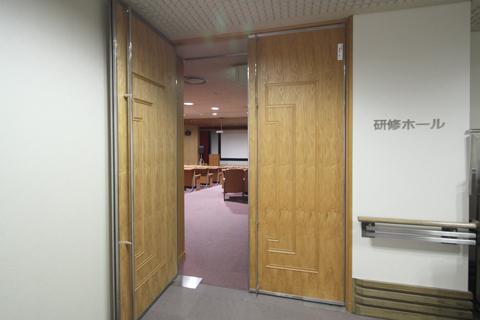 研修ホールの入り口